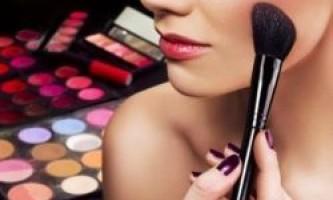 Чи шкодить декоративна косметика шкірі?